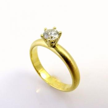 -Round diamond engagemnt ring